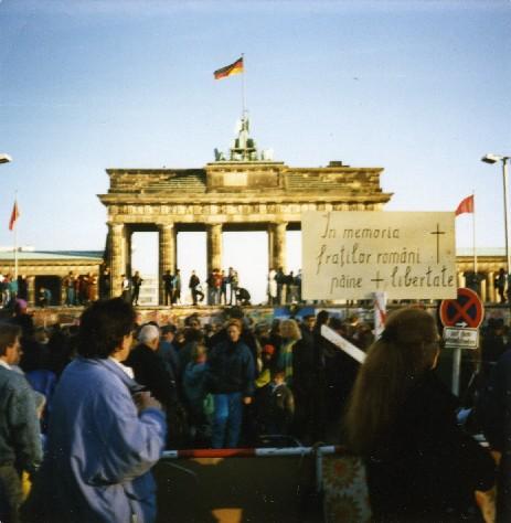 Brama Brandenburska i ?wi?tuj?ce masy w 1989 r.